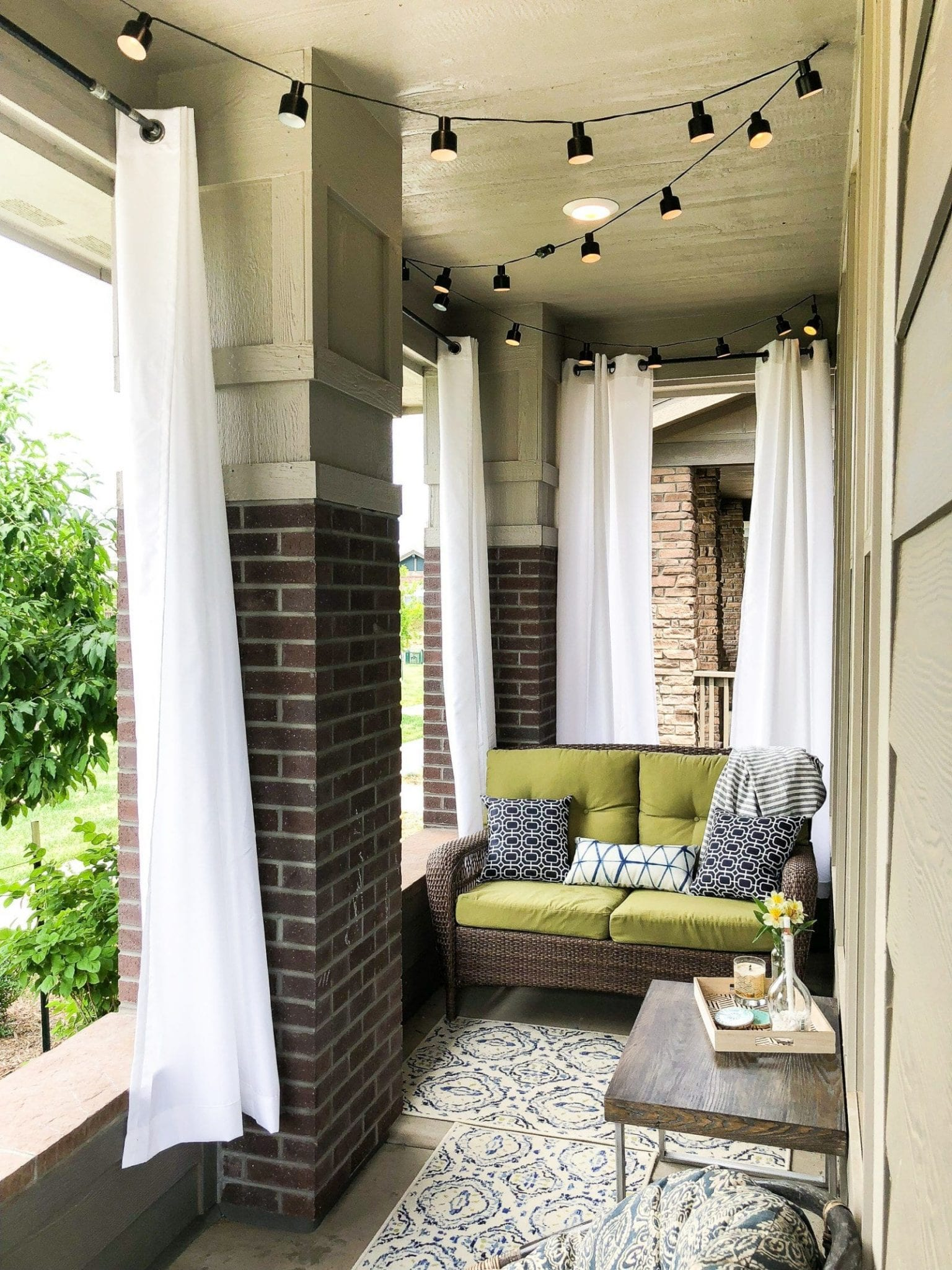 SO COZY. Check out this front porch refresh to get small front porch decorating ideas on a budget | never skip brunch by cara newhart #home #patio #neverskipbrunch
