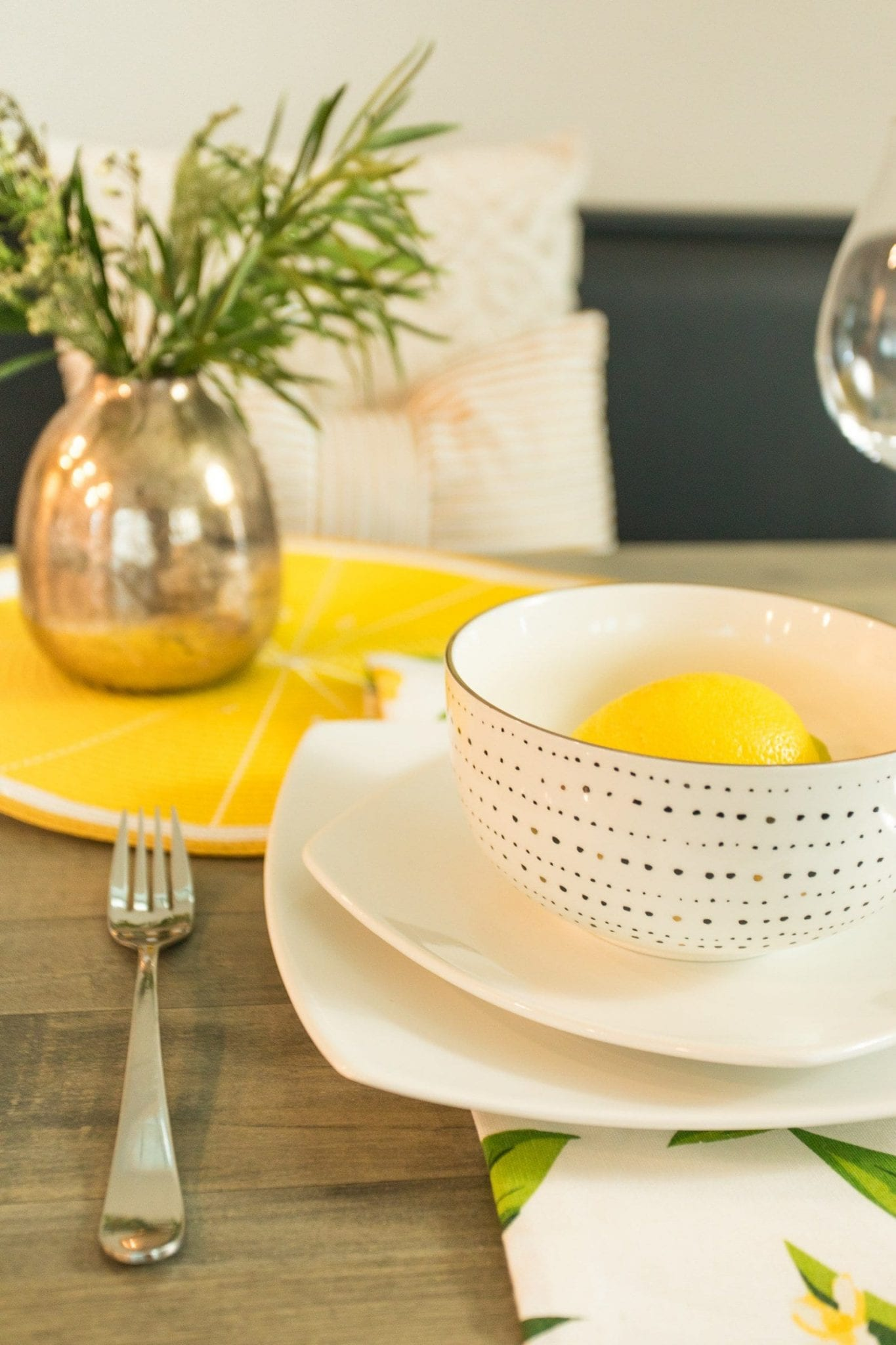 This tablescape checklist will give you tablescapes ideas for how to create dinner party table settings   neverskipbrunch.com #neverskipbrunch #decor