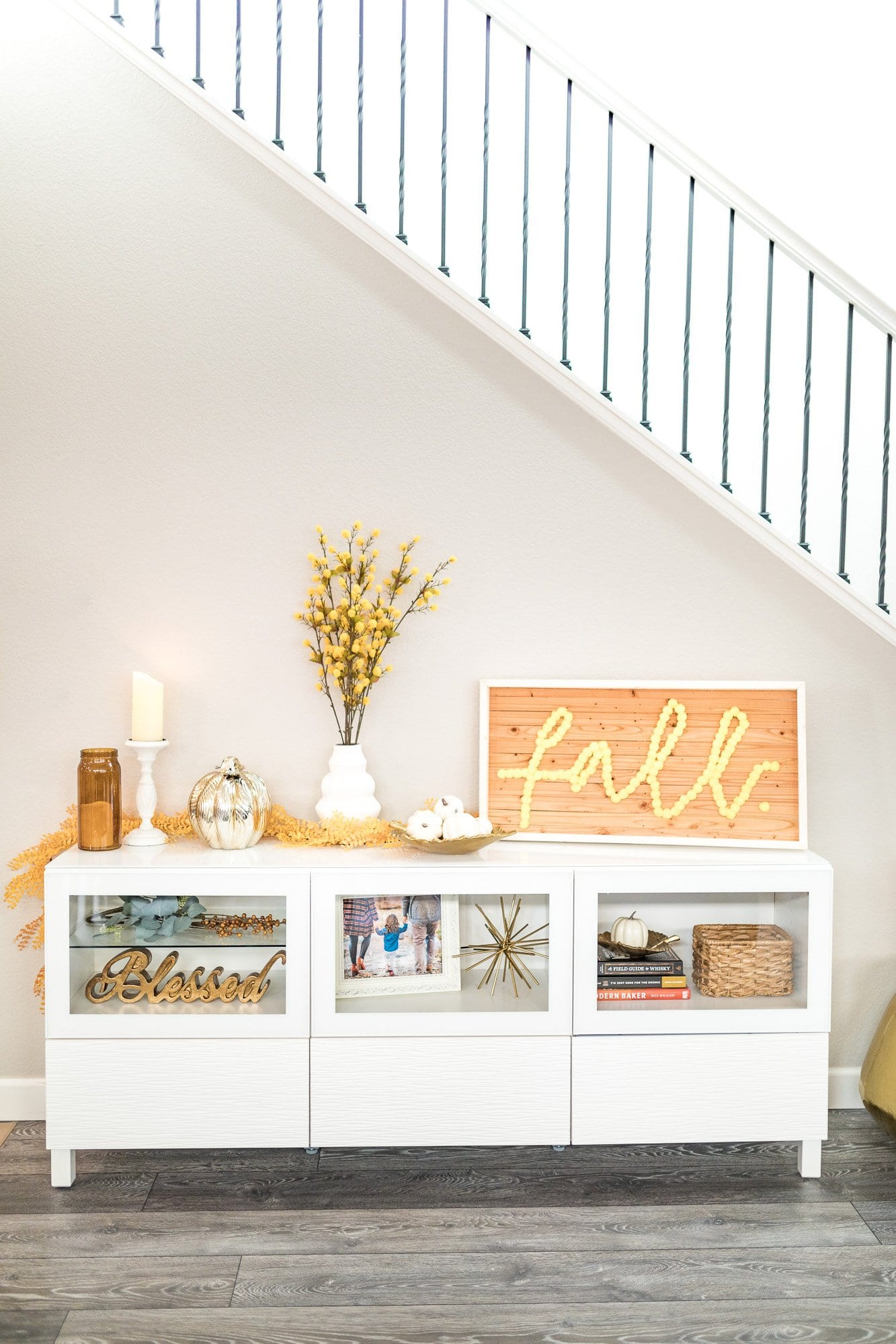 AMAZING FALL DECOR FOR THE LIVING ROOM! Simple & Elegant diy fall decor | fall decor ideas diy | pumpkin decorating ideas | Never Skip Brunch by Cara Newhart | #pumpkins #diy #fall #neverskipbrunch